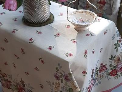 stół z ozdobami 01