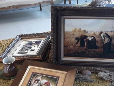 trzy obrazy na stole i kubek
