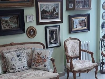 stare meble i obrazy na ścianie 01