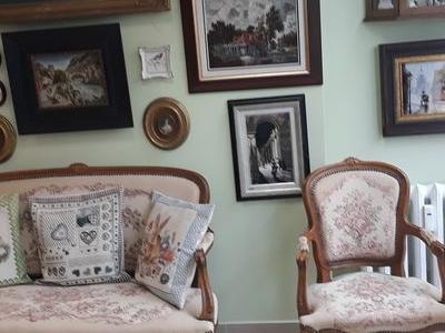 kanapa i fotel na tle ściany