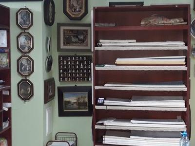 szafka z półkami i ozdoby na ścianie
